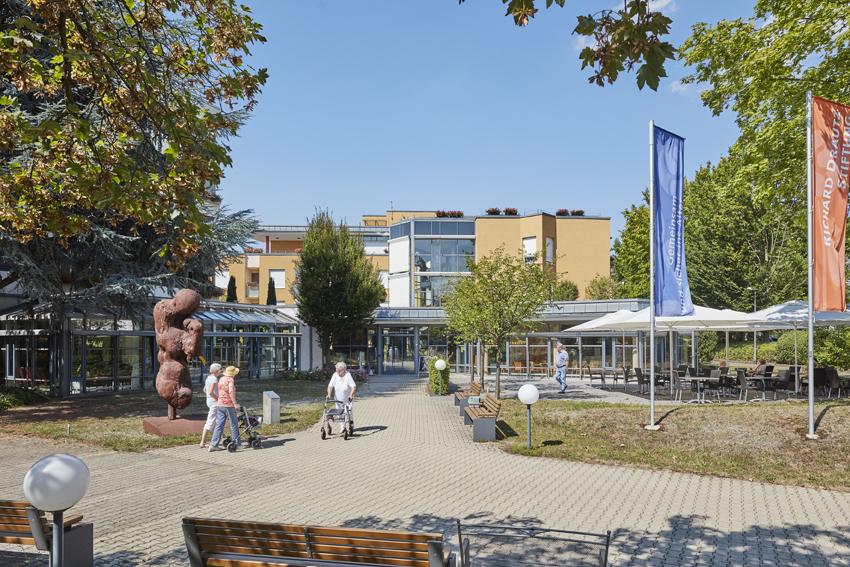 Stiftungsgebäude mit Park